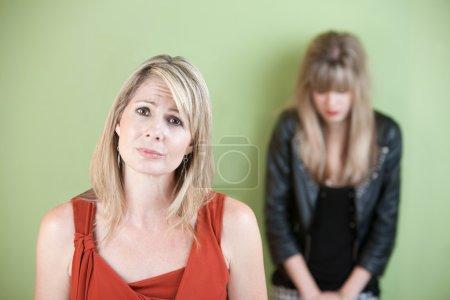 Photo pour Malheureuse maman caucasienne avec fille triste sur fond vert - image libre de droit
