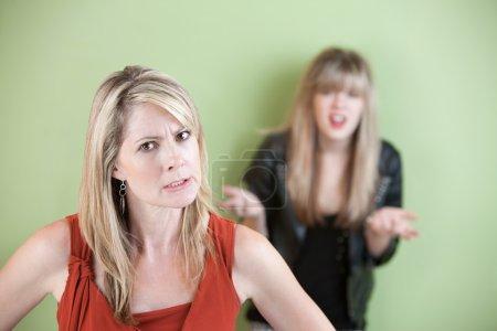 Photo pour Mère en colère avec une fille frustrée en arrière-plan - image libre de droit