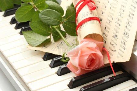 Photo pour Fond de clavier synthétiseur avec rose - image libre de droit