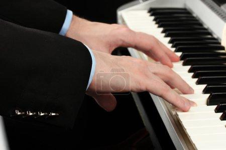 Photo pour Homme mains jouant du piano - image libre de droit
