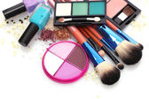Make-up Pinsel auf Halter und Kosmetik isoliert auf weiss
