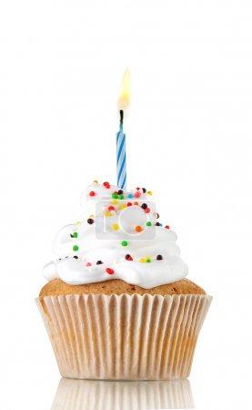 Photo pour Cupcake d'anniversaire savoureux avec bougie, sur fond gris - image libre de droit