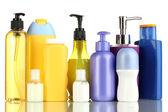 Viele verschiedene kosmetische Produkte für die Körperpflege, die isoliert auf weiss