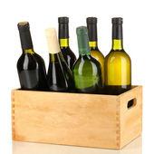 Lahví vína v dřevěné krabici, izolované na bílém