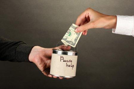 Photo pour Aider les sans-abri, le gros plan fond noir - image libre de droit