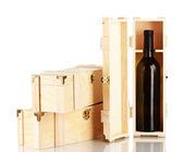 Láhev na víno v dřevěné krabici, izolované na bílém
