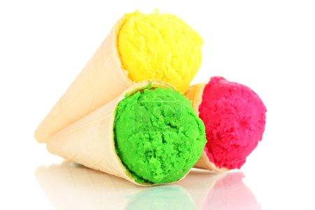 Photo pour Trois boules de crème glacée au citron, à la fraise et au kiwi dans les cônes de gaufre isolés sur du blanc - image libre de droit