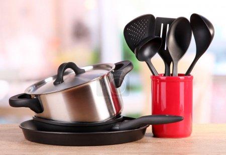 Photo pour Outils de cuisine sur la table dans la cuisine - image libre de droit
