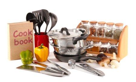 Photo pour Composition d'outils de cuisine, épices et légumes isolés sur blanc - image libre de droit