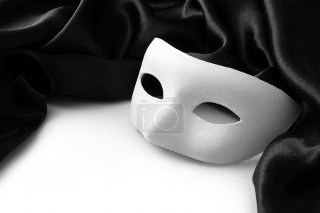 Photo pour Masque blanc et tissu de soie noir, isolé sur blanc - image libre de droit