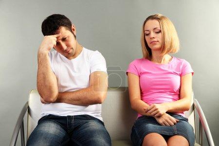 Photo pour Jeune couple se quereller sur fond gris - image libre de droit
