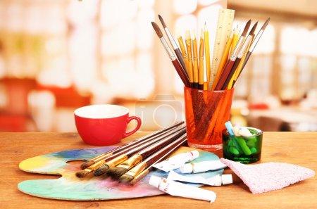 Photo pour Matériel artistique : palette peinture, pinceaux et art - image libre de droit
