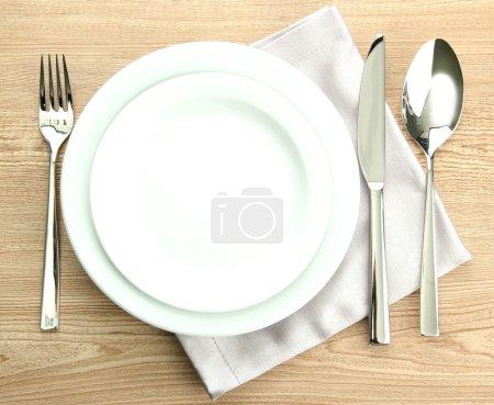 Photo pour Réglage de la table sur la table en bois - image libre de droit