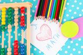 Hračky abacus, papír, tužky na světlé pozadí