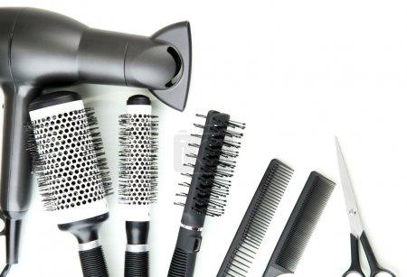 Photo pour Brosses à peigner, sèche-cheveux et cisailles à couper, isolées sur blanc - image libre de droit