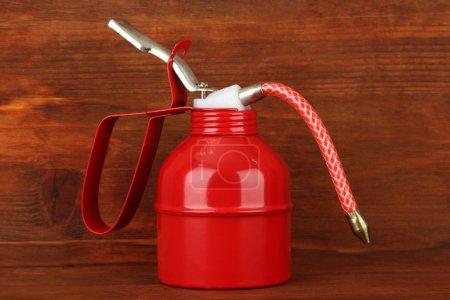 Photo pour Canette d'huile sur fond en bois - image libre de droit