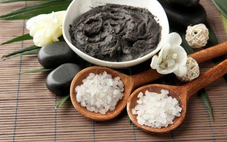 Photo pour Composition avec de l'argile cosmétique pour les traitements de spa, sur fond de bambou - image libre de droit