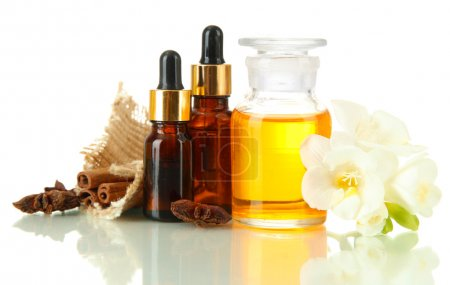 Photo pour Bouteilles avec des ingrédients pour le parfum, isolé sur blanc - image libre de droit
