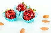 Chutné jahody v čokoládě izolovaných na bílém