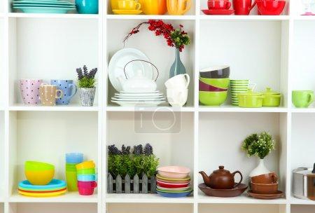 Photo pour Beau blanc étagères avec vaisselle et déco - image libre de droit