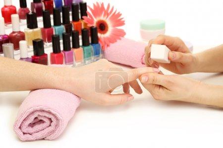 Photo pour Manucure de processus dans un salon de beauté, gros plan - image libre de droit
