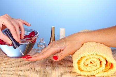 Photo pour Soin doux des ongles dans un salon de beauté - image libre de droit