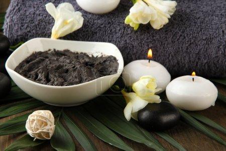 Photo pour Composition avec de l'argile cosmétique pour les traitements de spa, sur fond de bois - image libre de droit