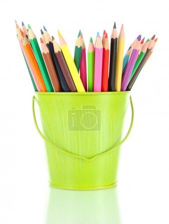 Photo pour Crayons colorés en seau isolés sur blanc - image libre de droit
