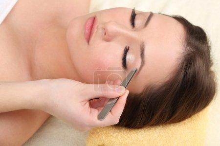 Photo pour Belle jeune femme dans le salon cosmétique gros plan - image libre de droit