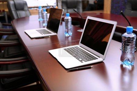 Photo pour Salle de conférence vide avec ordinateurs portables sur la table - image libre de droit