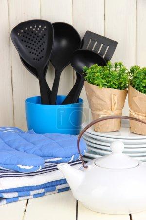 Photo pour Paramètres de cuisine : ustensile, poignées, serviettes et autres sur une table en bois - image libre de droit