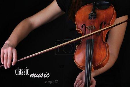 Photo pour Musicien jouait du violon sur fond noir - image libre de droit