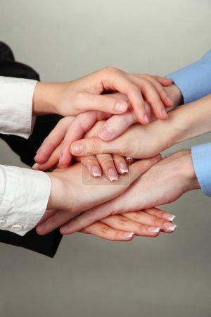 Photo pour Groupe des mains d'young sur fond gris - image libre de droit