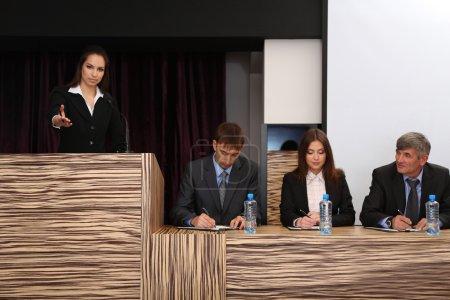 Photo pour Femme d'affaires fait un discours à la salle de conférence - image libre de droit