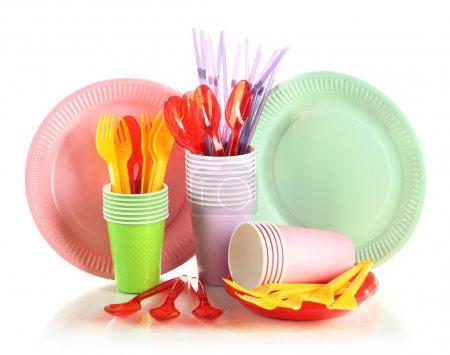 vaisselle en plastique multicolor, isolé sur blanc
