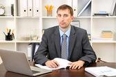 Mladý podnikatel v úřadu na jeho pracovišti