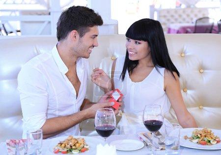l'homme propose et brandissant une bague de fiançailles de sa femme sur la table de restaurant