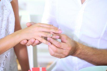 Photo pour Un homme proposant et tenant une bague de fiançailles - image libre de droit