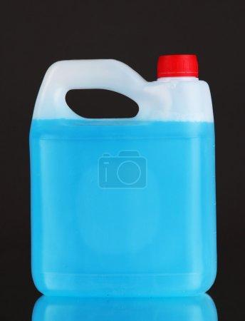 Photo pour Liquide bleu pour voiture en boîte sur fond gris - image libre de droit