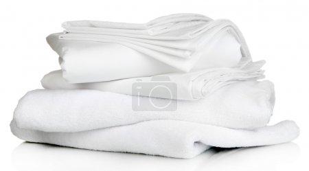 Photo pour Empilement de draps et serviettes propres isolés sur du blanc - image libre de droit