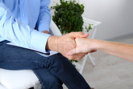 Photo pour Poignée de main pendant le counseling - image libre de droit