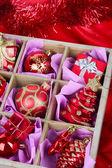 Vánoční hračky v dřevěné krabici na světlé pozadí