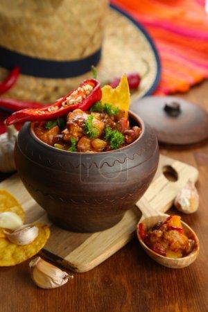 Photo pour Chili Corn Carne - cuisine mexicaine traditionnelle, en pot, sur serviette, sur fond de bois - image libre de droit