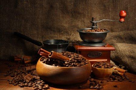 Moulin à café, turk et tasse de café sur fond de toile de jute