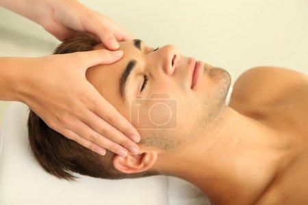 Photo pour Homme ayant la tête massage bouchent - image libre de droit