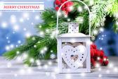 Vánoční Lucerna, jedle a ozdoby na světlé pozadí