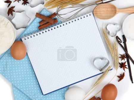 Photo pour Concept de cuisson. ingrédients de base allant au four et ustensiles de cuisine en gros plan - image libre de droit