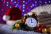 Composition avec réveil rétro et décoration de Noël sur fond clair