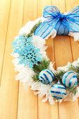 Vánoční věnec na dřevěné pozadí