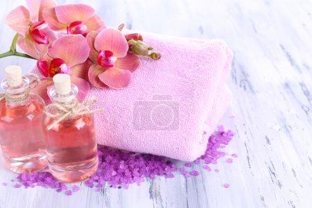 Photo pour Soins spa sur fond en bois de couleur - image libre de droit